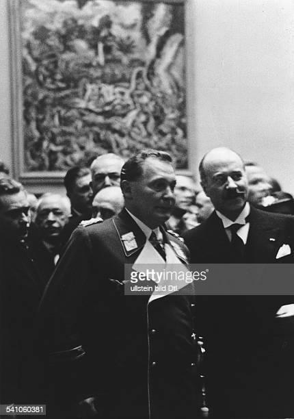 Goering Hermann*12011893Politiker NSDAP D mit dem franzoesischen Botschafter Andre FrancoisPoncet bei der Eroeffnung einer Ausstellung franzoesischer...