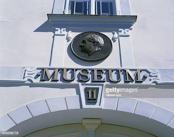 Bronzetafel über dem Eingang 2000
