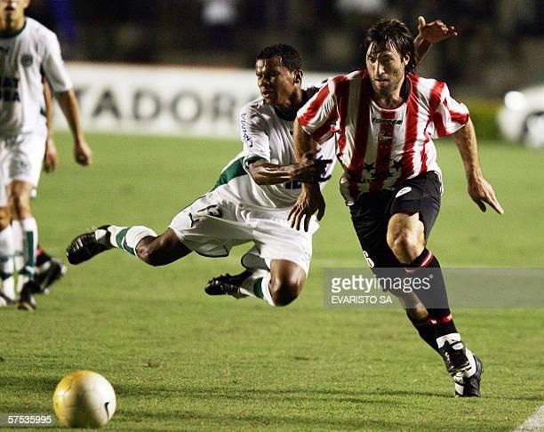 Hugo Pavone de Estudiantes de La Plata de Argentina disputa el balon con Vitor Santos de Goias de Brasil el 04 de mayo de 2006 en el partido de...