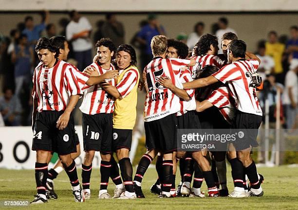 Jugadores de Estudiantes, de Argentina, festejan la clasificacion a semifinales de la Copa Libertadores de America, el 04 de mayo de 2006 en Goiania,...