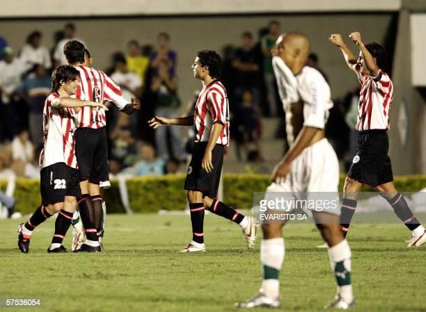 Jugadores de Estudiantes, de Argentina, festejan la clasificacion a semi finales de Copa Libertadores, el 04 de mayo de 2006 en Goiania, Brasil. El...