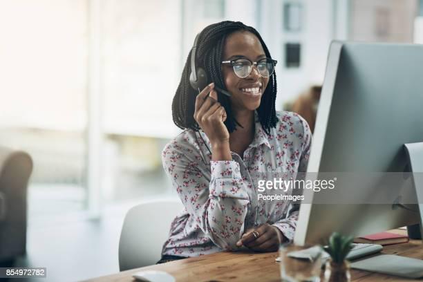 gaan boven doelstelling met uitzonderlijke klant vaardigheden - telefoonberoep stockfoto's en -beelden