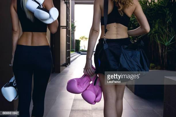 ボクシング クラスで長い一日を過ごした後帰国を予定。ジムでのトレーニングの後の女性の友人
