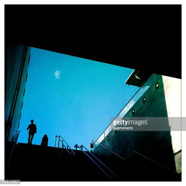 going down - metrostation stockfoto's en -beelden