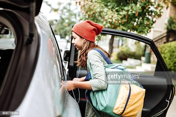 going to school by car - entrando fotografías e imágenes de stock