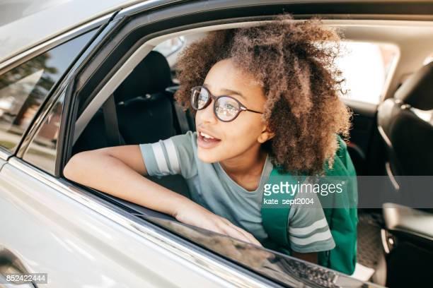 Naar school gaande gezinsauto