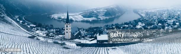 going to the church - moseltal stock-fotos und bilder