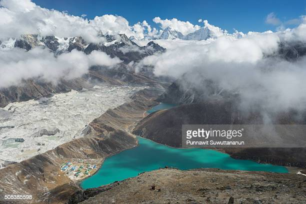 gokyo lake and village from gokyo ri - gokyo ri ストックフォトと画像