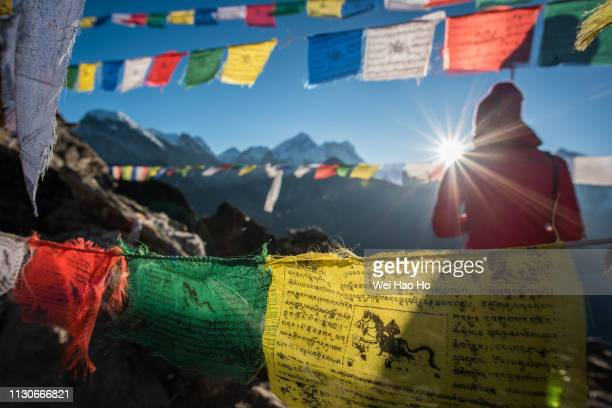 gokyo ri sunrise - nepal stock pictures, royalty-free photos & images