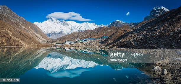 gokyo sherpa village teahouses cho oyo himalaya mountains panorama nepal - gokyo lake stock pictures, royalty-free photos & images