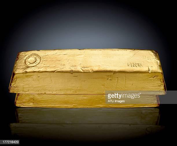gold bars on black - geld und finanzen stock-fotos und bilder