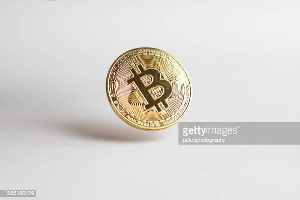 白い背景の上に浮かぶ金のビットコイン - ビットコイン ストックフォトと画像