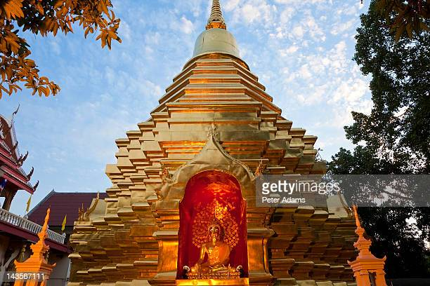 gold chedi at dusk, temple, chiang mai, thailand - peter adams stock pictures, royalty-free photos & images
