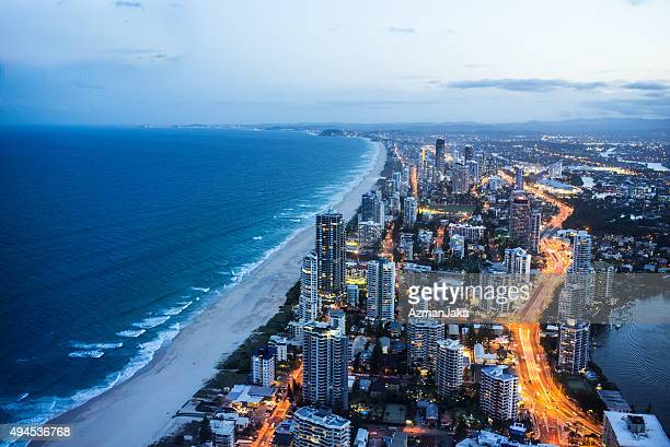 gold coast bei nacht - queensland stock-fotos und bilder