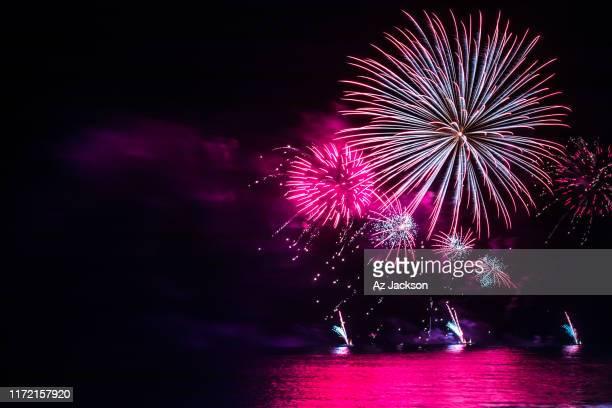 gold coast fireworks over the ocean - feuerwerk stock-fotos und bilder