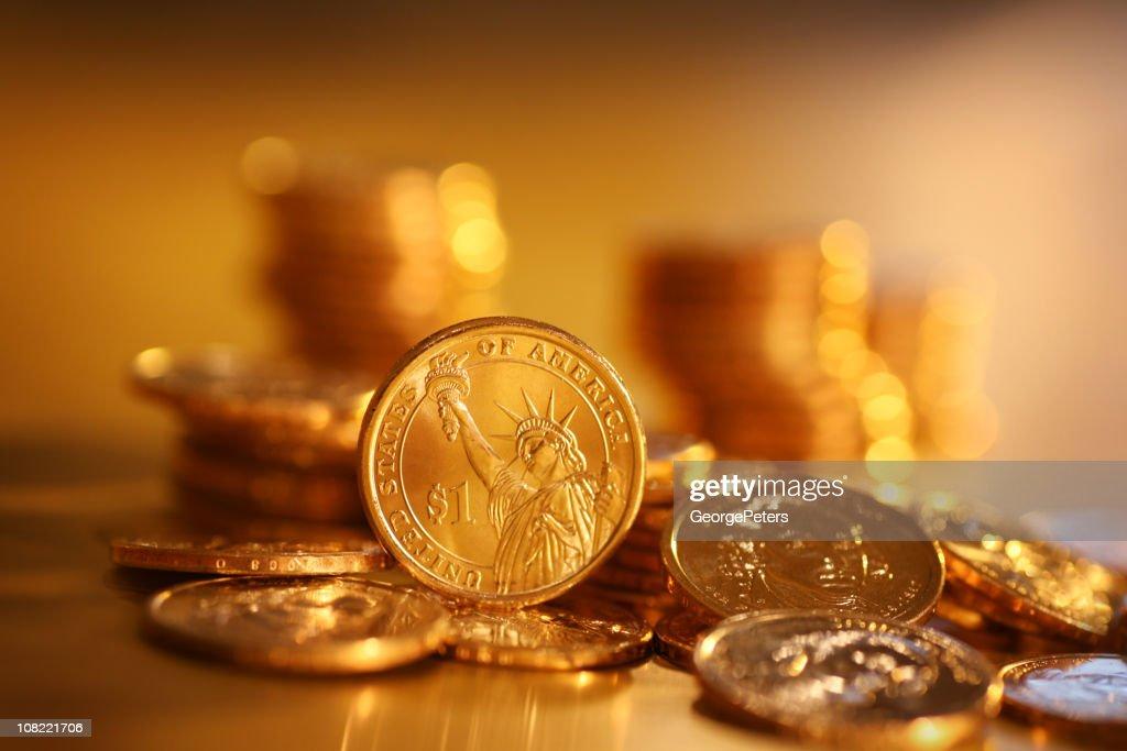 Monedas de oro sobre fondo : Foto de stock