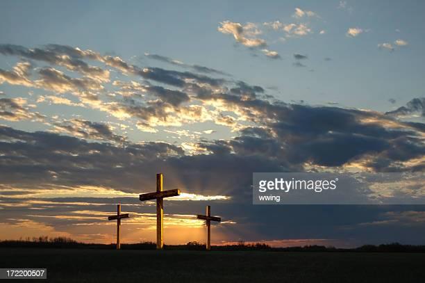 Gold Croix au crépuscule 0n Vendredi saint avec Ciel menaçant