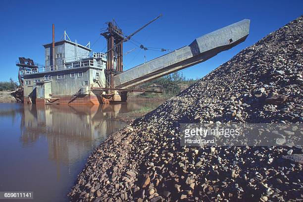 gold dredge - 浚渫 ストックフォトと画像