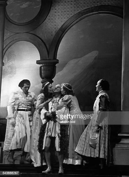 Gold Kaethe Actress Austria* scene of the play 'Die Tochter der Kathedrale' by G Hauptmann fltr Franz Niklisch Lola Muethel Paul Hartmann Kaethe Gold...