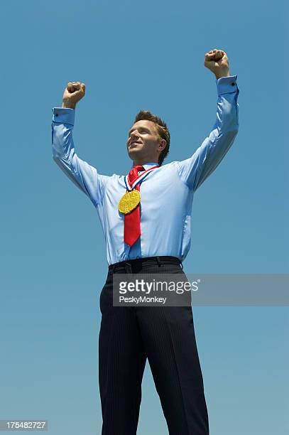ゴールドメダルビジネスマンと、彼は両腕を高め、ブルースカイ
