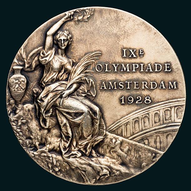 ميدالية ذهبية من دورة الألعاب الأولمبية بأمستردام عام 1928 ، مُنحت للمصارع اليوناني الروماني السويدي ذو الوزن الثقيل رودولف سفينسون ، والذي يضم فوز فيكتوري ...