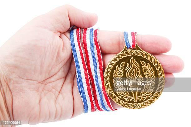 médaille d'or à la main - événement sportif d'hiver photos et images de collection