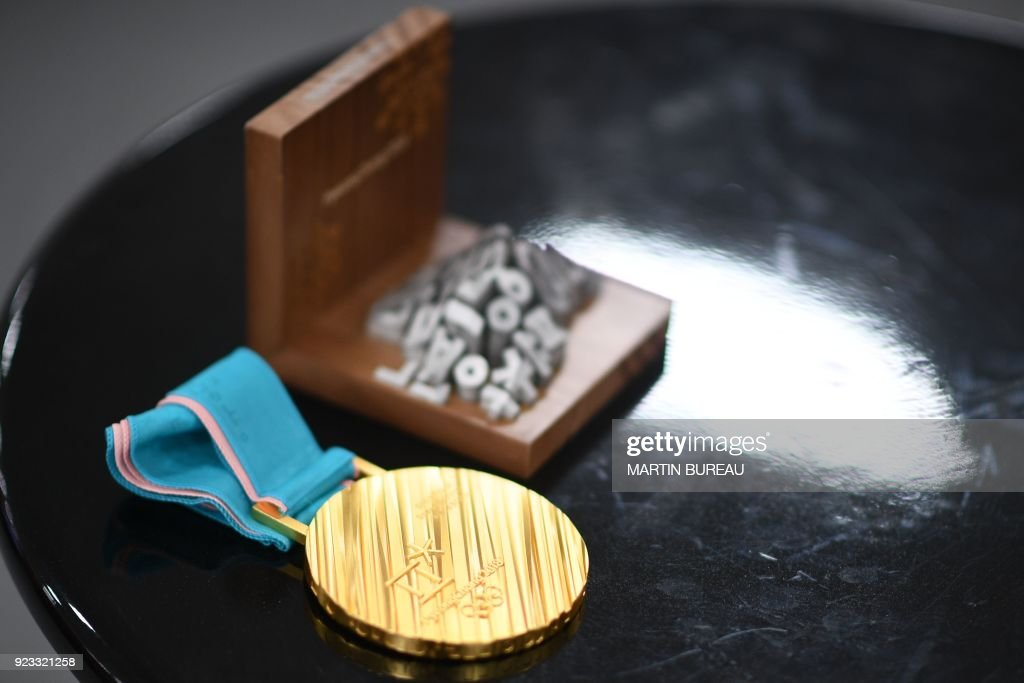 TOPSHOT - A gold medal sits on a table backstage at the Athletes' Lounge during the medal ceremonies at the Pyeongchang Medals Plaza during the Pyeongchang 2018 Winter Olympic Games in Pyeongchang on February 23, 2018. / AFP PHOTO / Martin BUREAU