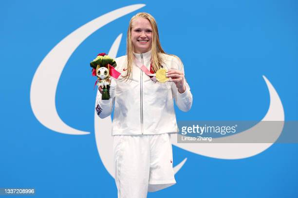 Gold medalist Hannah Aspden of Team United States poses during the women's 100m Backstroke - S9 medal ceremony on day 6 of the Tokyo 2020 Paralympic...