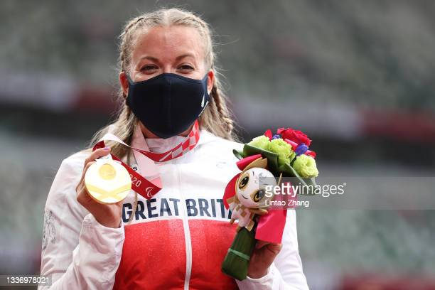 Gold medalist Hannah Cockroft of Team Great Britain poses after winning Women's 100m T34 on day 5 of the Tokyo 2020 Paralympic Games at Olympic...
