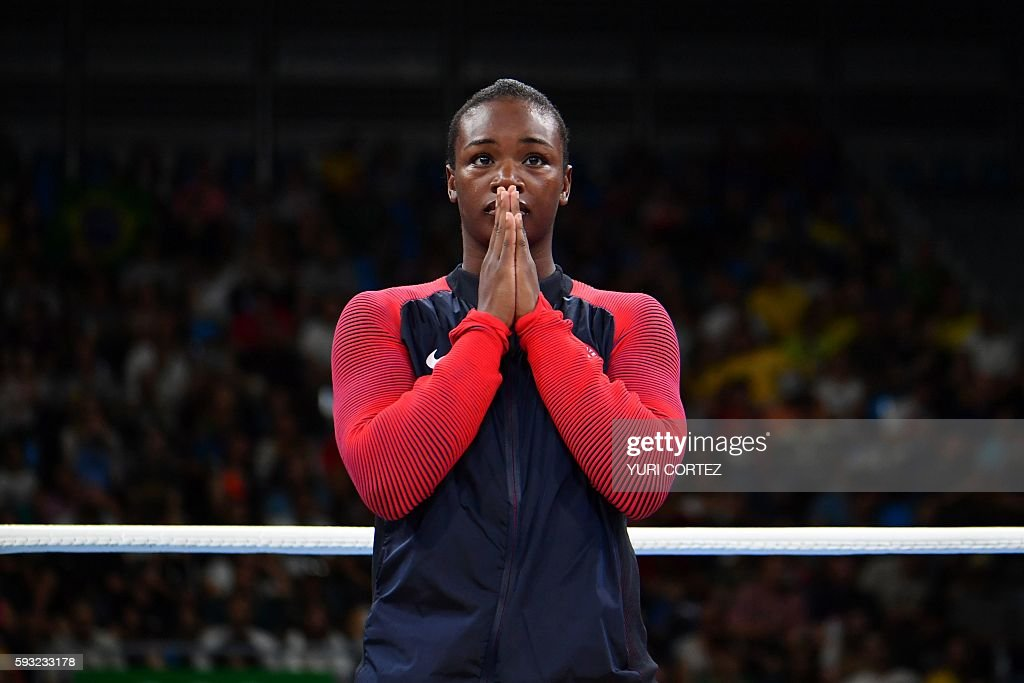 TOPSHOT - Gold medalist USA's Claressa Maria Shields react during the medal presentation ceremony following the Women's Middle (69-75kg) Final Bout at the Rio 2016 Olympic Games at the Riocentro - Pavilion 6 in Rio de Janeiro on August 21, 2016. / AFP / Yuri CORTEZ