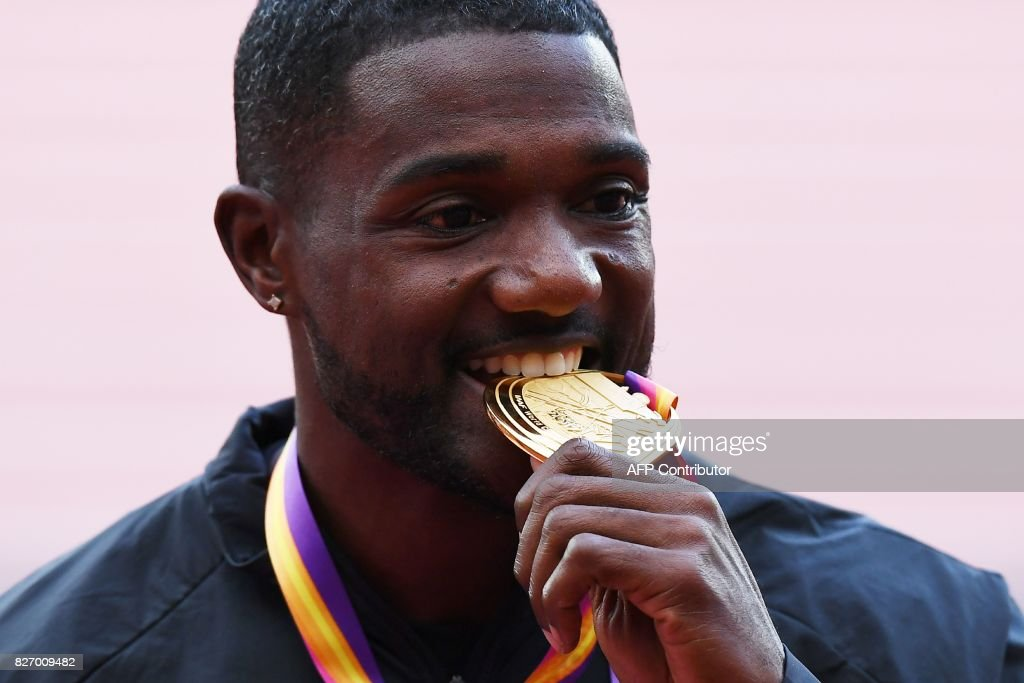 TOPSHOT - Gold medallist US athlete Justin Gatlin poses on the podium during the victory ceremony for the men's 100m athletics event at the 2017 IAAF World Championships at the London Stadium in London on August 6, 2017. / AFP PHOTO / Jewel SAMAD