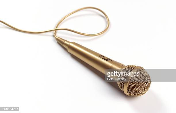 gold microphone with copy space - micro photos et images de collection