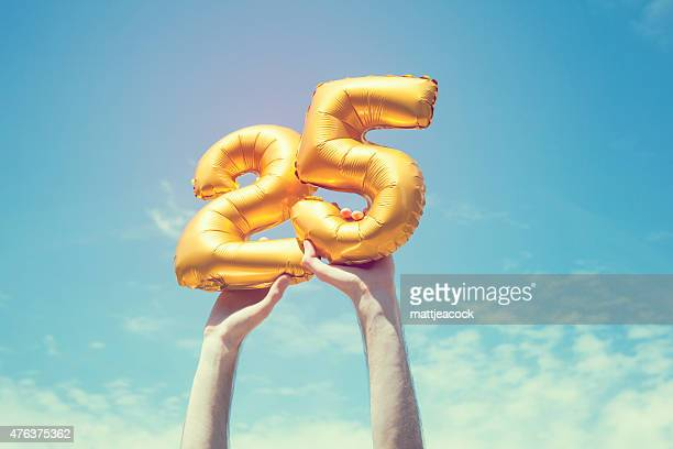 gold number 25 balloon - 25 29 jaar stockfoto's en -beelden