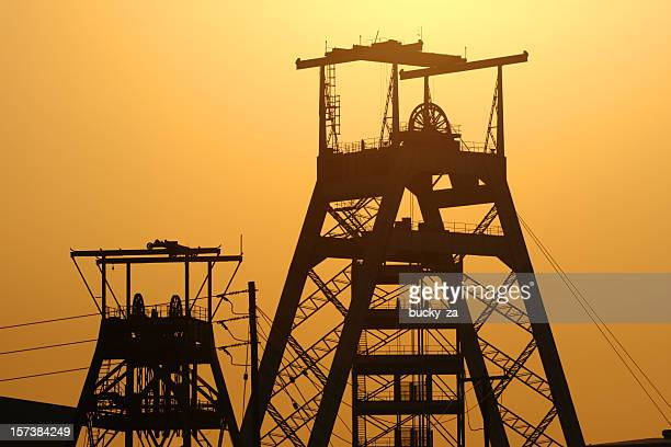 gold or platinum mine head gear in johannesburg south africa - hoofddeksel stockfoto's en -beelden