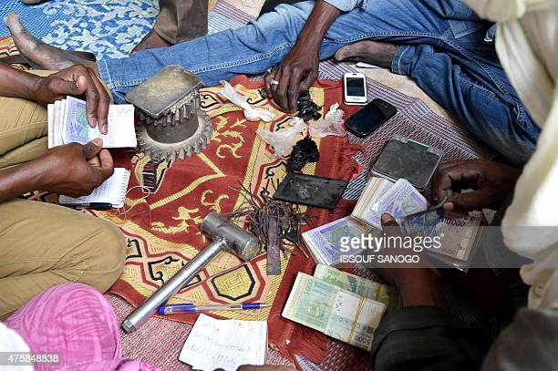 Gold prospectors count money in the craft village of the city of Agadez northern Niger on May 31 2015 AFP PHOTO / ISSOUF SANOGO