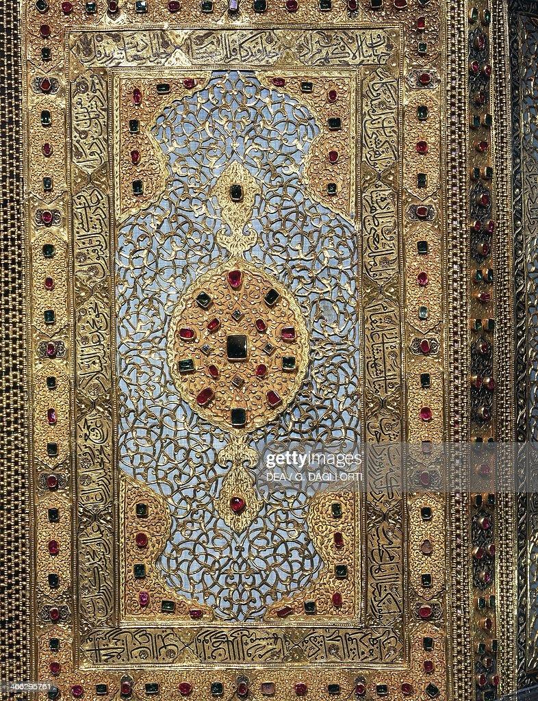 Gold Quran box studded with rubies and emeralds... : Nachrichtenfoto