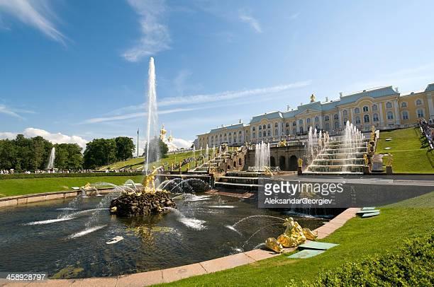 gold samson fountain, peterhof palace, st petersburg, russia - groot paleis peterhof stockfoto's en -beelden
