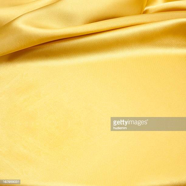 ゴールドのサテンを背景に