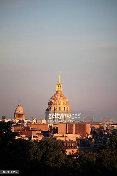 gold-domed church of les invalides - dôme photos et images de collection