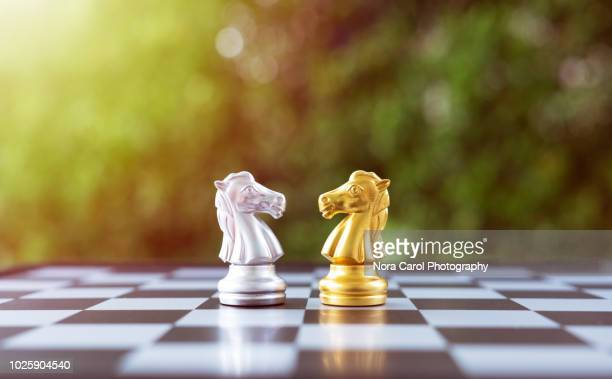 golden and silver knight chess - geschäftsstrategie stock-fotos und bilder