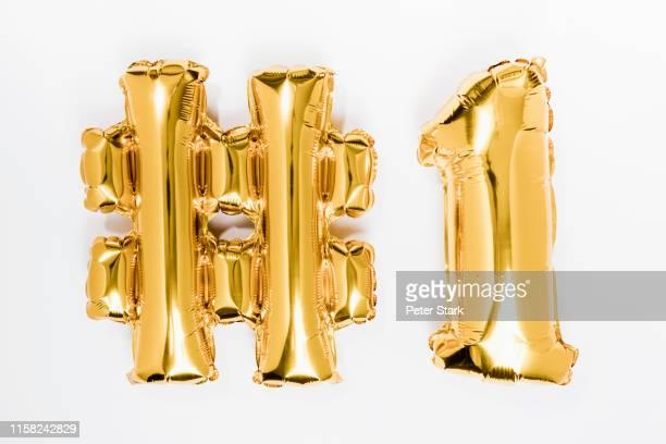 golden #1 balloons - première photos et images de collection