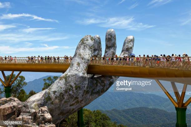 golden bridge in ba nb hills - vietnam stockfoto's en -beelden