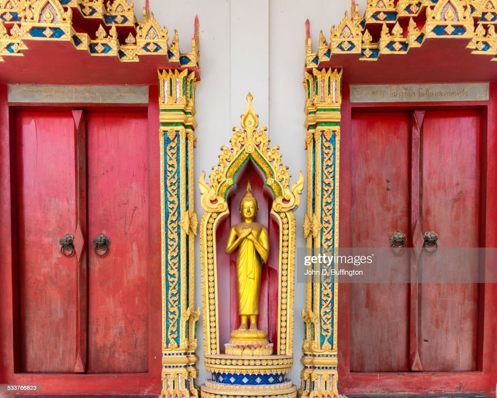 Golden Buddha statue and ornate decorations on temple, Palio, Nakhon Ratchasima, Thailand : Foto stock