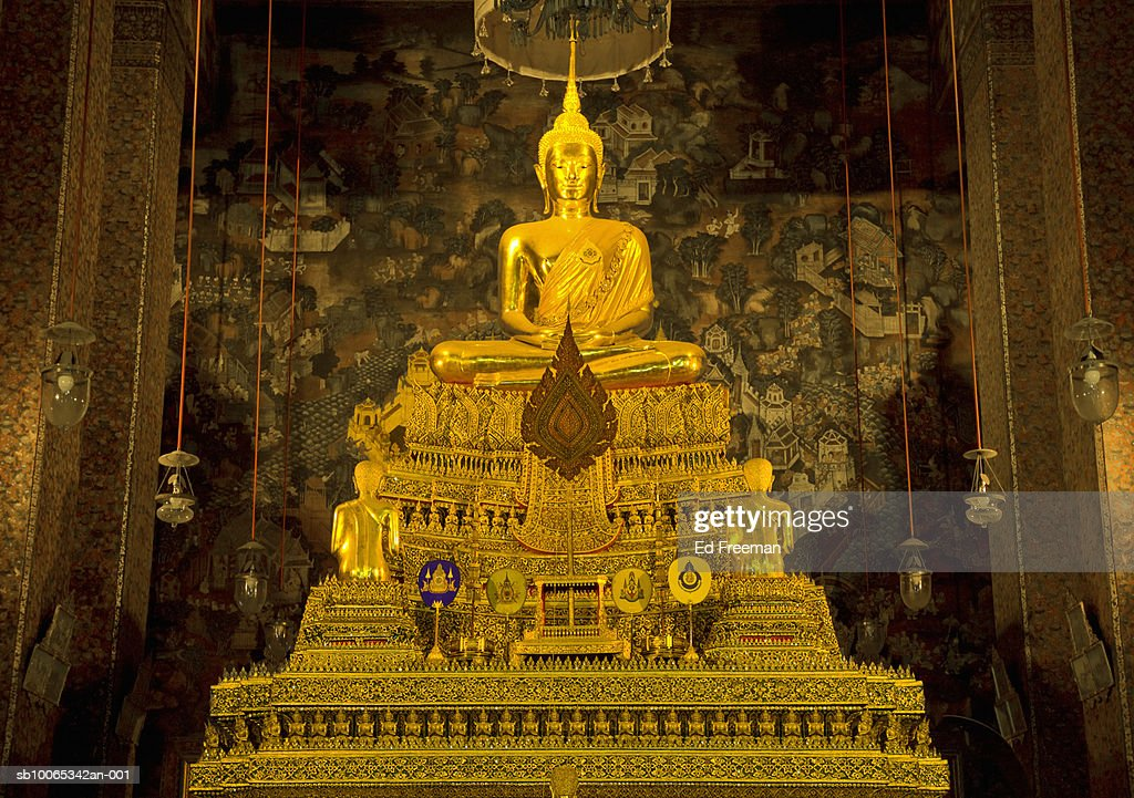 Golden Buddha statue at Wat Pho temple : Foto stock