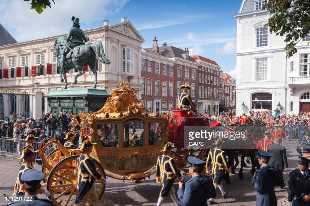 golden carriage arriving at noordeinde palace in the hague - prinsjesdag stock photos and pictures