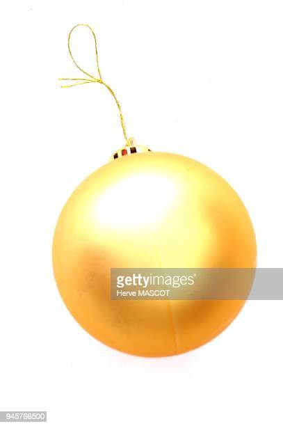 Golden Christmas ball on white background Boule de Noel couleur or sur fond blanc