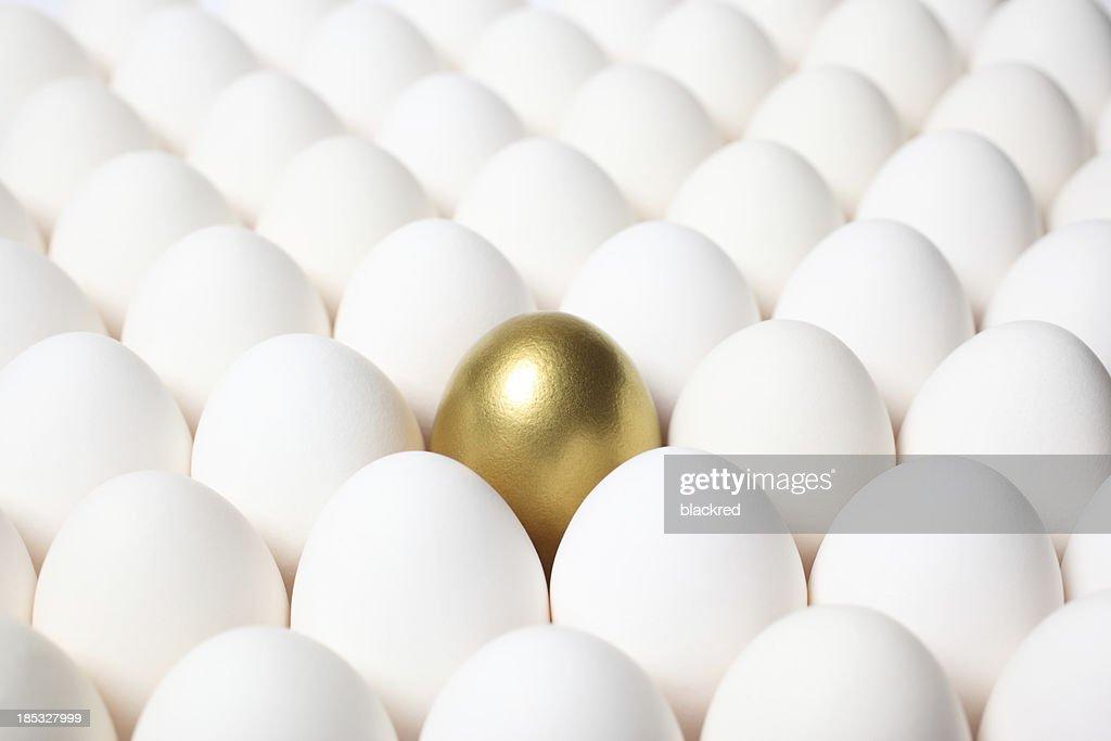Goldenes Ei, sich von der Masse der einfachen Eiern : Stock-Foto