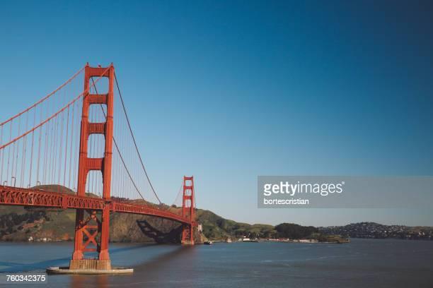 golden gate bridge against sky - bortes stockfoto's en -beelden