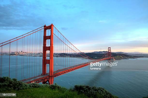 golden gate bridge before sunset - ponte sospeso foto e immagini stock