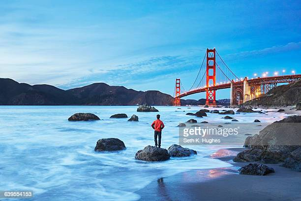 golden gate bridge by dusk, san francisco, california - zona de la bahía de san francisco fotografías e imágenes de stock